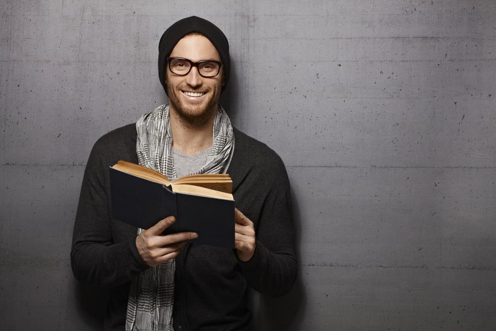 giovane uomo con gli occhiali da lettura
