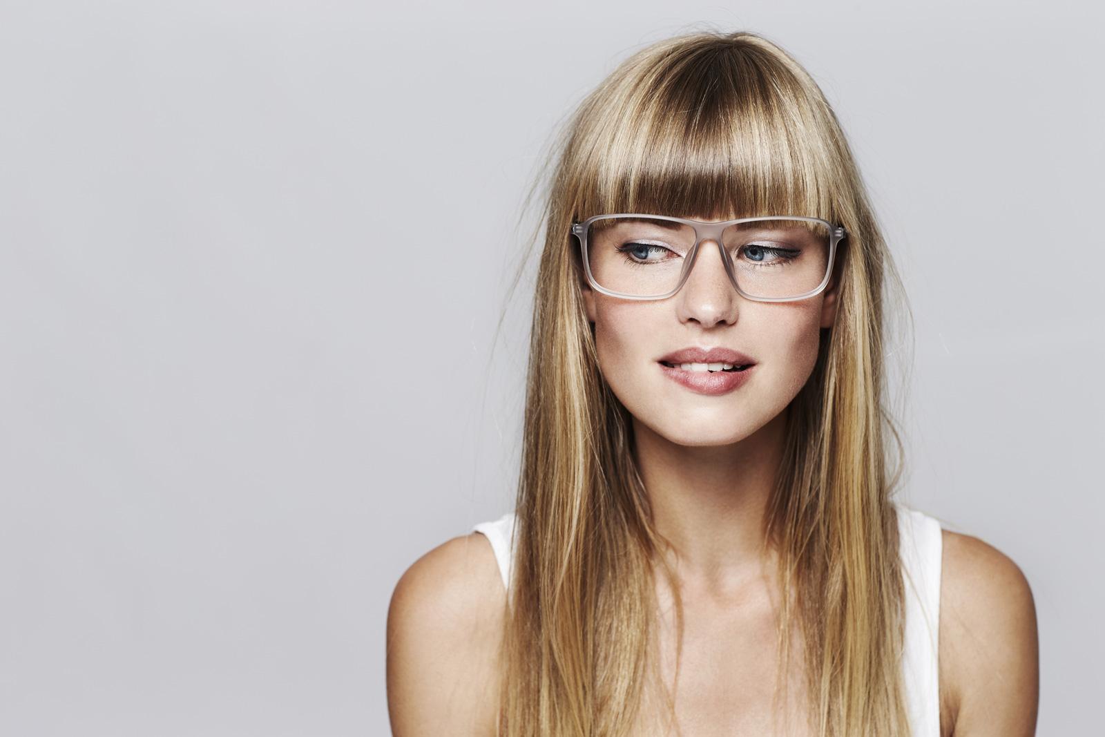 Ein starkes Duo: Brille und Pony - Eyewear Styling Blog