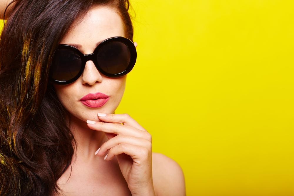 heiß mit Sonnenbrillen aussehenheiß mit Sonnenbrillen aussehen