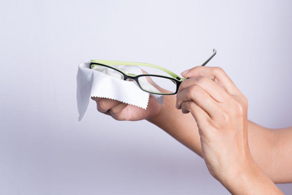 Brille mit den Brillenputztuch säubern