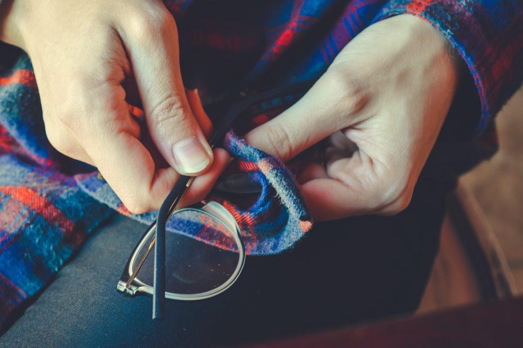 Brille säubern mit der Kleidung