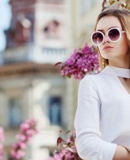 Die perfekten Outfits zu den aktuellen Sonnenbrillentrends